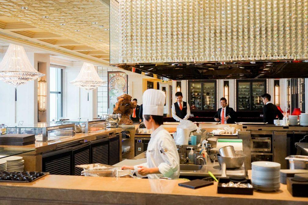Précurseur pour un restaurant de ce niveau, Caprice a en son centre une immense cuisine ouverte © YONDER.fr