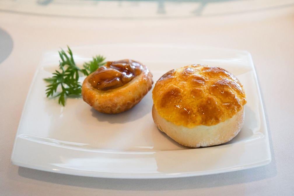 À gauche, une bouchée signature à l'ormeau, l'une des signatures de « Chef Tak » © MB / YONDER.fr