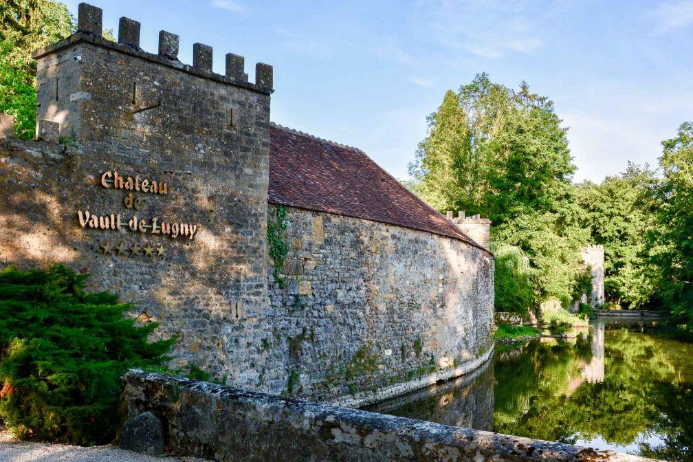 Un ruisseau enserre le Château de Vault-de-Lugny © Emmanuel Laveran