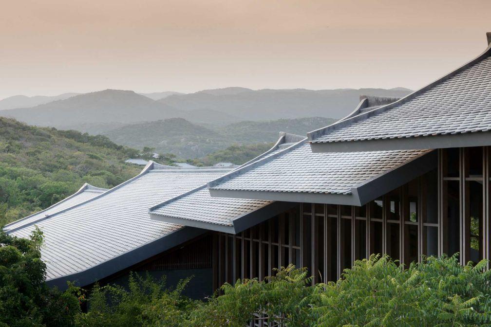 Au coeur du resort, le Pavillon Central occupe le sommet d'une colline © Aman