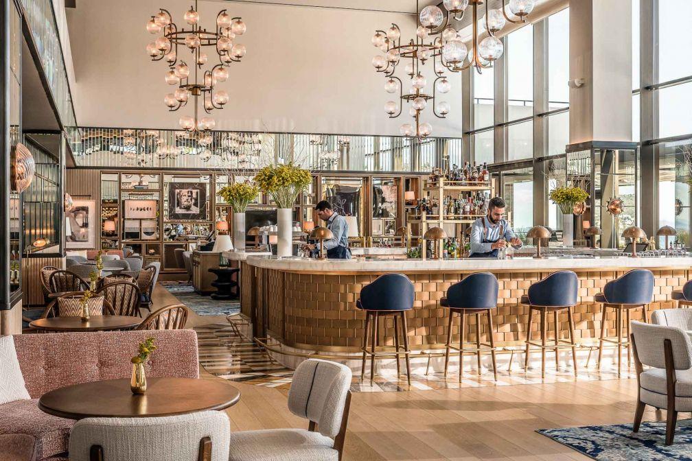 À l'Avra Lounge, décor léché et vaste terrasse avec vue à l'extérieur © DR