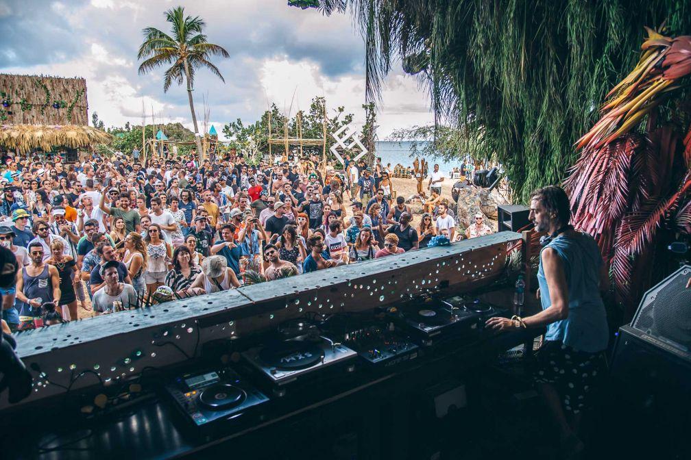 Le DJ germano-chilien Ricardo Villalobos au petit matin, face à la foule de teufeurs © Alec Donnell Luna