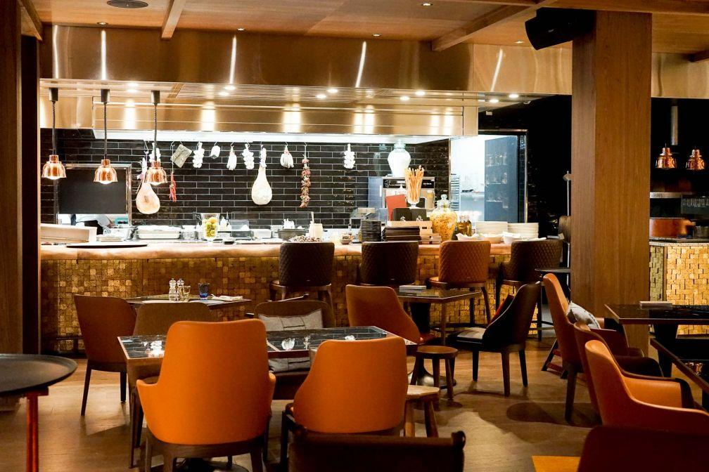 Le Schweizerhof Kitchen et sa cuisine ouverte © YONDER.fr
