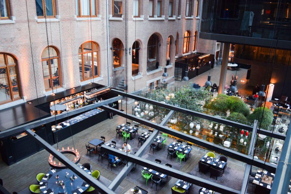 La Brasserie, au coeur de l'atrium, vue depuis la passerelle du 3ème étage @ Yonder.fr