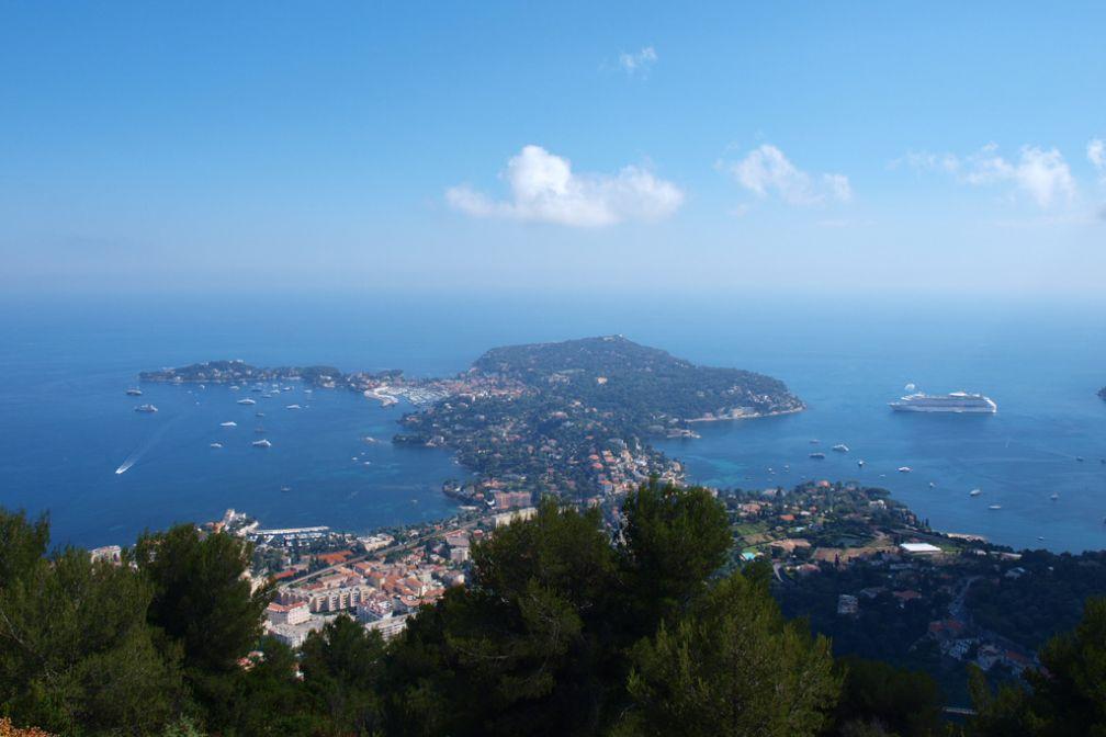 La presqu'île du cap Ferrat vue depuis les hauteurs de la Côte d'Azur. On peut apercevoir sur la gauche la silhouette du Royal Riviera © Royal Riviera