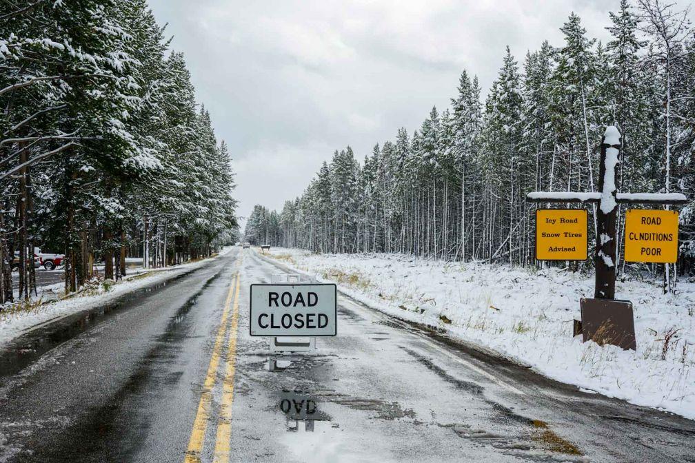 Lorsque la neige tombe, il est probable que certaines routes ferment provisoirement, parfois pour plusieurs jours ! © YONDER.fr