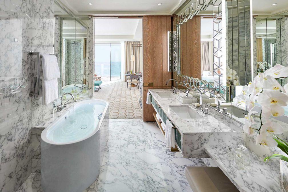 Mandarin Oriental Jumeira : salle de bain luxueuse dans une Premiere Sea View Room © MOHG