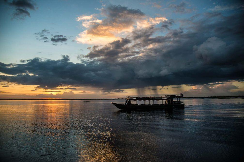Croisière sur le lac Tonlé Sap, au coucher de soleil © Aman