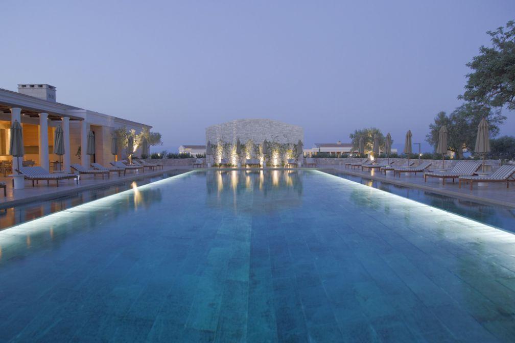 La piscine principale de l'Amanzoe à la tombée de la nuit © Aman