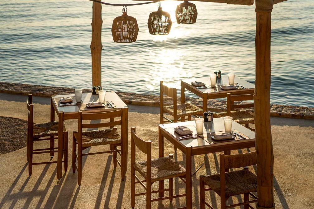 Taverna 37 est la taverne grecque décontractée et les pieds dans l'eau du Four Seasons Athens © DR