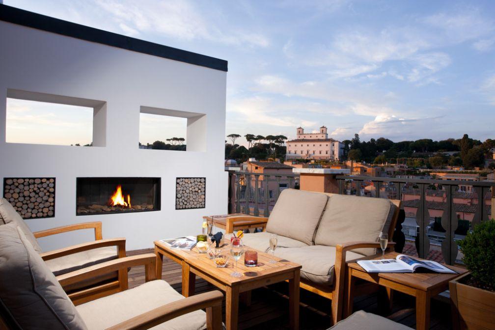 Un coin du rooftop est équipé d'une cheminée : idéal pour les soirées plus fraîches © Portrait Roma