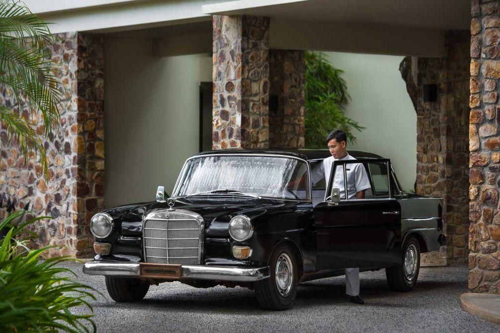 Les transferts entre l'hôtel et l'aéroport sont assurés à bord de limousines Mercedes vintage © Aman