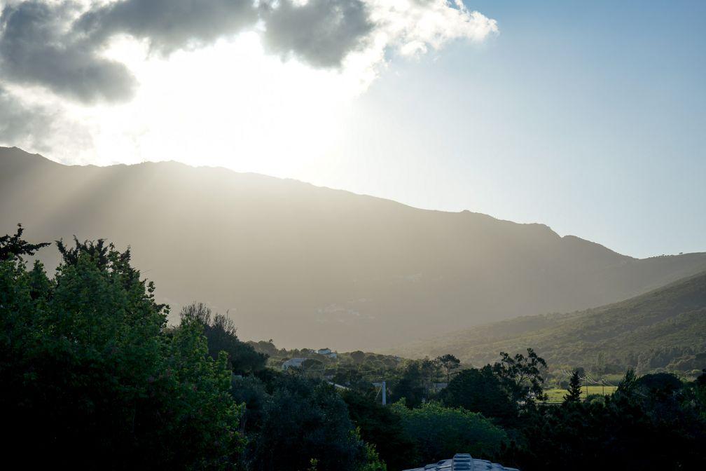 Vue côté Cap Corse alors que le soleil disparaît derrière les montagnes © YONDER.fr