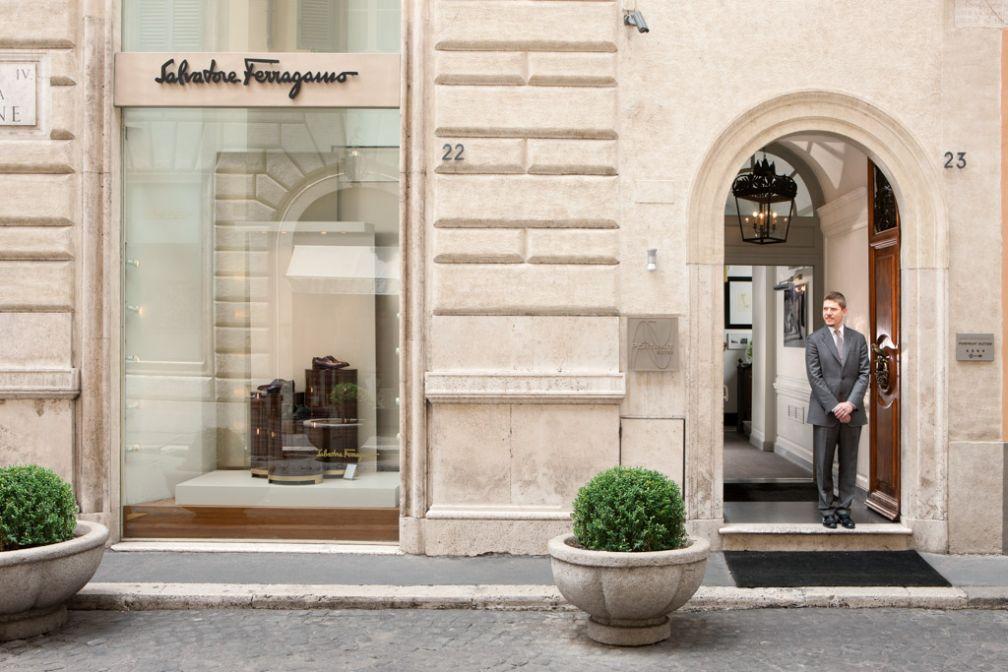 Entrée de Portrait Roma sur la Via Bocca di Leone, juste à côté de l'entrée de la boutique Ferragamo © Portrait Roma