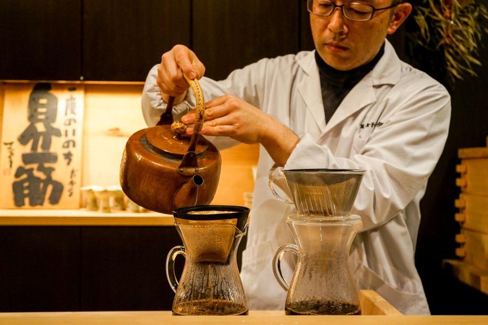 Service du café à la pâtisserie Kashiya, l'une des adresses les plus raffinées de l'ancienne capitale impériale © YONDER.fr