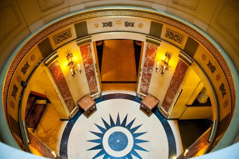 L'Hôtel, rue des Beaux-Arts, et son bel escalier en colimaçon © Amy Murrell