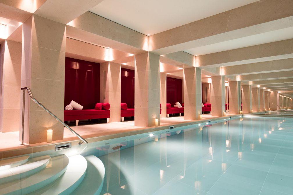 Spa luxueux avec grande piscine intérieure à La Réserve Paris © Grégoire Gardette