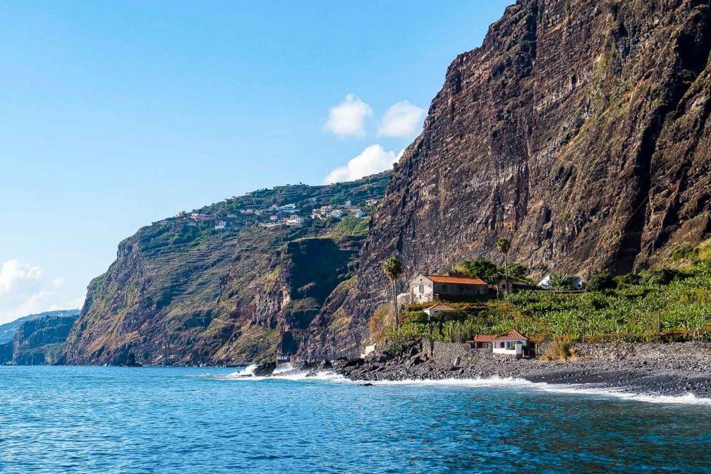 Les côtes volcaniques de Madère sont découpées par d'immenses falaises. © Andre Carvalho
