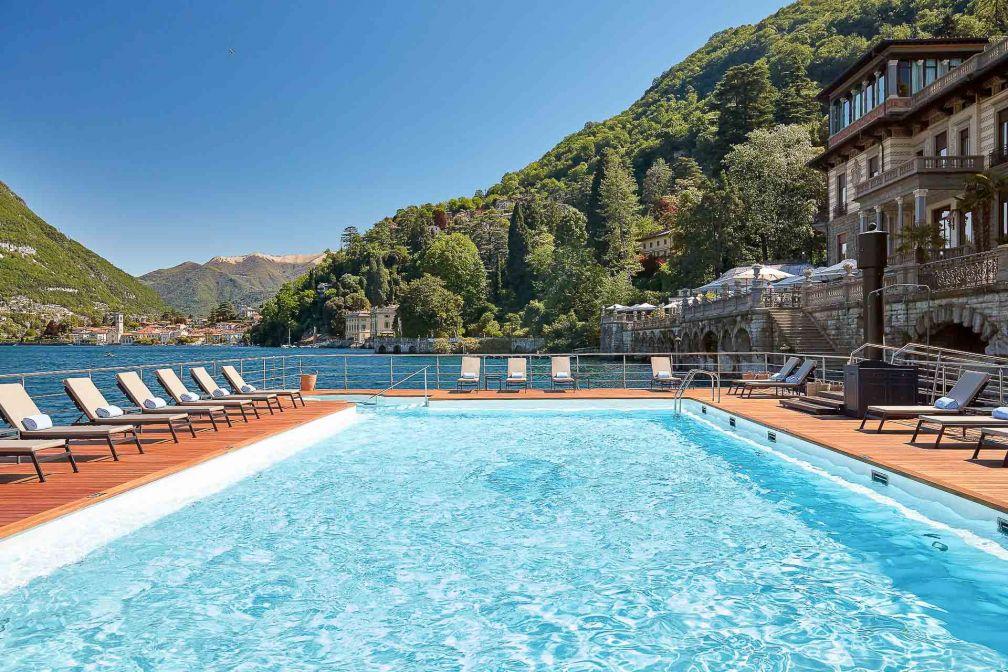 La piscine extérieure de l'hôtel flotte sur le lac © DR