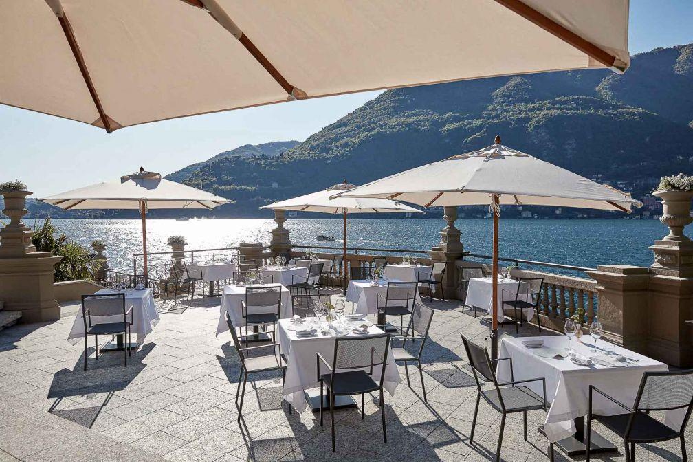 La terrasse du restaurant L'ARIA, donnant sur le lac paisible © DR