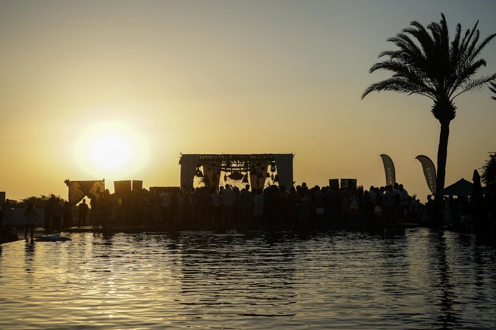 Coucher de soleil sur la scène principale du Moga Festival, la Pool Stage, au Sofitel Essaouira © MB / YONDER.fr