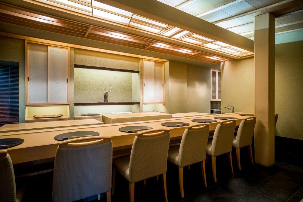 Comme dans nombre d'authentiques restaurants japonais, on retrouve le comptoir traditionnel derrière lequel s'affaire le chef © DR