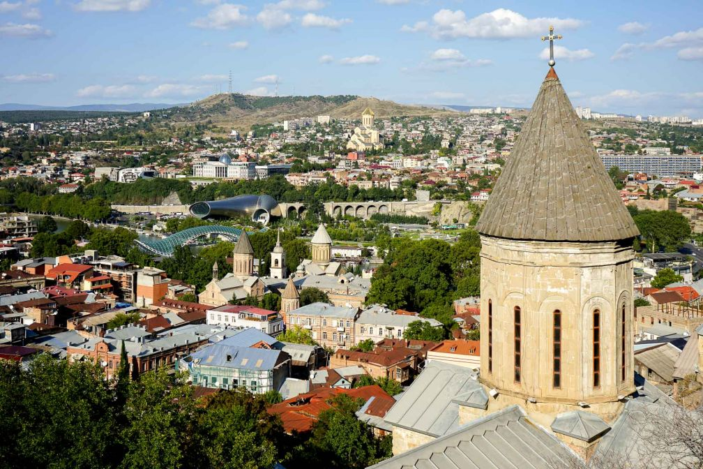 Vue sur la Tbilissi depuis les hauteurs de la ville. Au premier plan l'église Saint George (Kldisubani) © MB/YONDER.fr