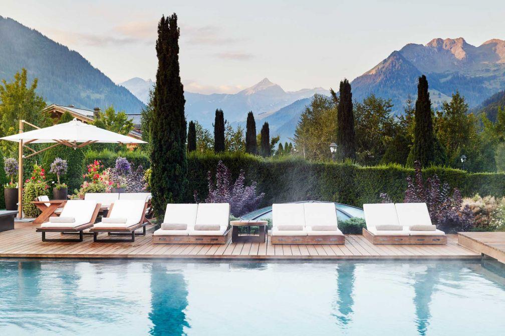 Piscine extérieure de l'hôtel Alpina Gstaad © The Alpina Gstaad - Michael Sinclair Studio