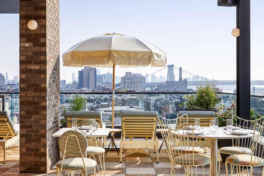 Summerly, restaurant en open air situé sur le rooftop, offre une vue imprenable sur les toits de Manhattan dans une ambiance estivale © DR