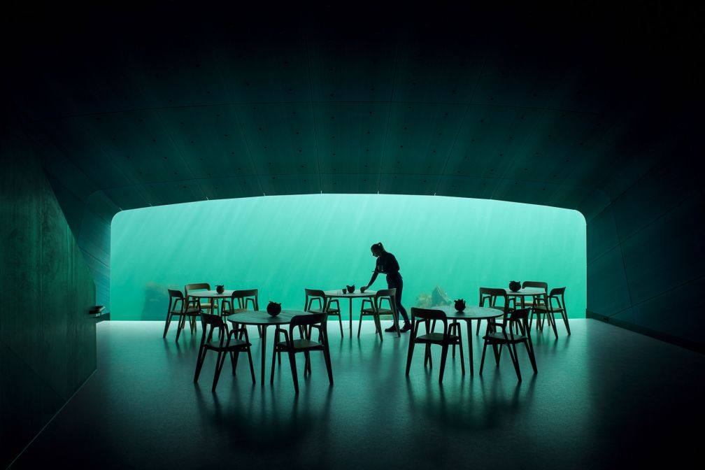 La salle à manger du restaurant Under à Lindesnes, Norvège © Ivar Kvaal