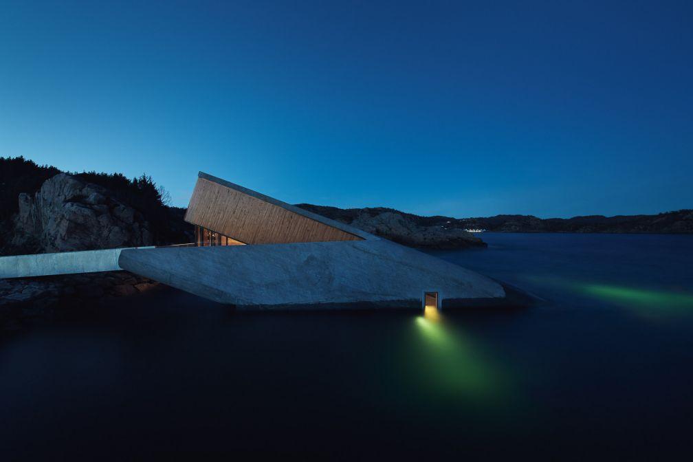Le restaurant Under à Lindesnes, Norvège vu de nuit © Ivar Kvaal