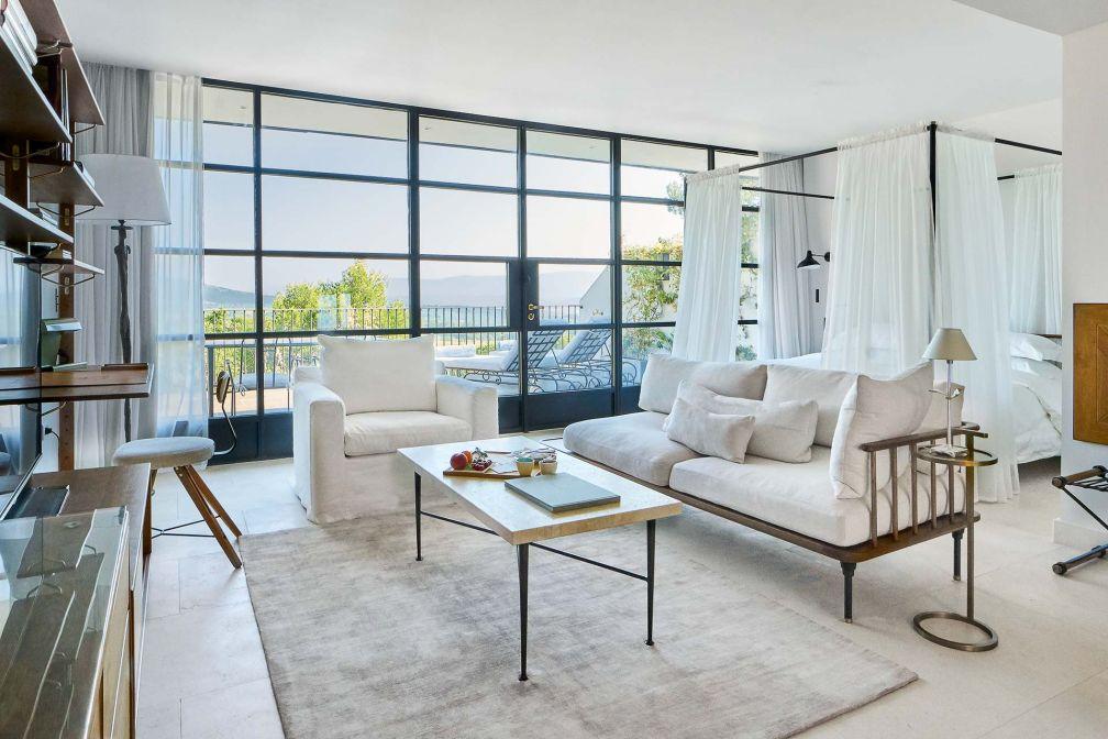 Dans la Villa La Coste, 28 suites et villas décorées sobrement et largement ouvertes sur la belle nature environnante.