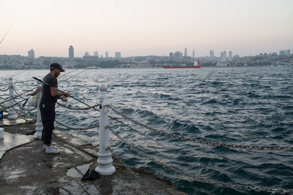 Pêcheur à Üsküdar sur la rive asiatique. © Yonder /DB