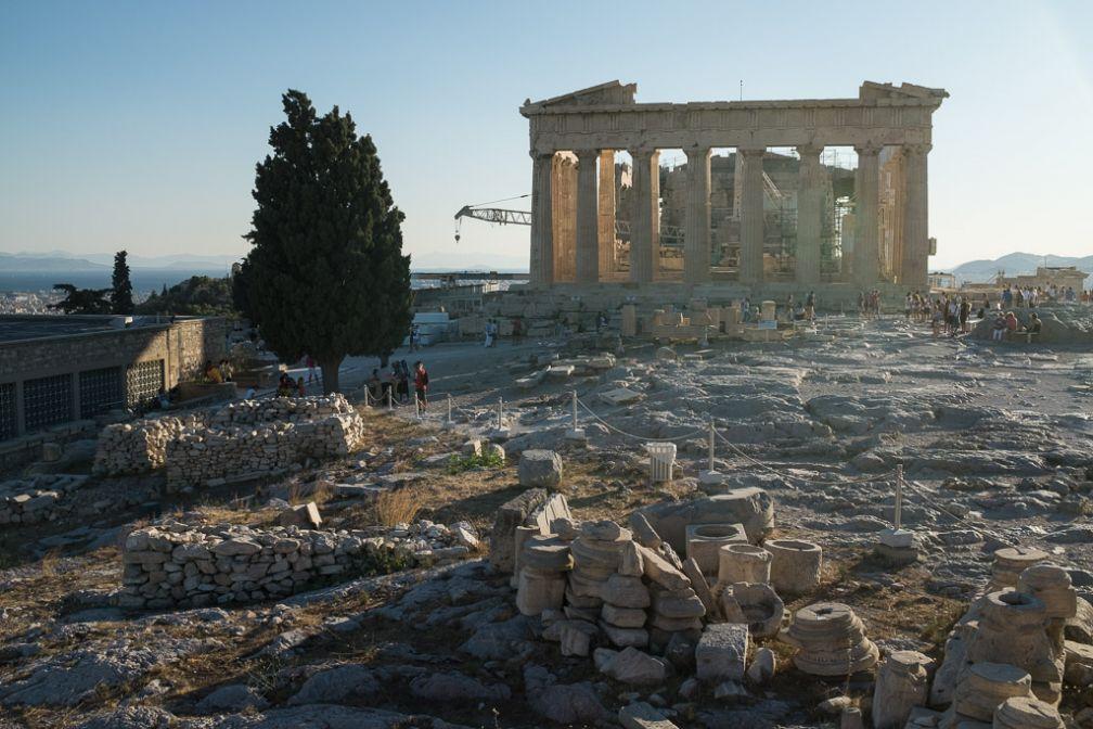 Le Parthénon depuis l'est de l'Acropole dans la belle lumière de fin de journée. A gauche l'ancien musée.
