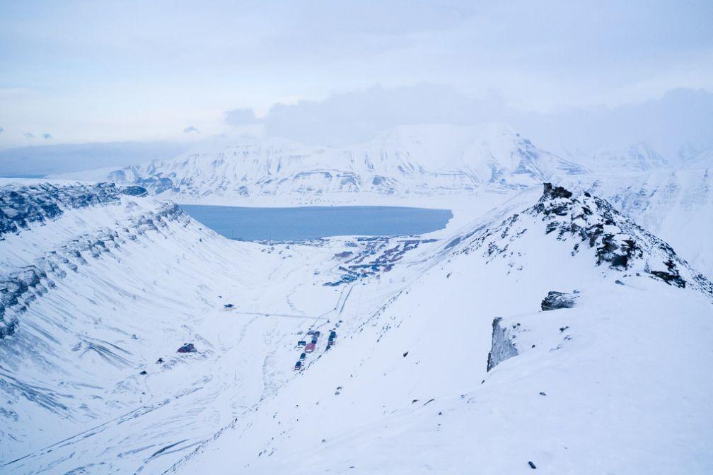 Vue sur Longyearbyen et Adventfjorden depuis Sarkofagen, le but de notre randonnée en raquettes.