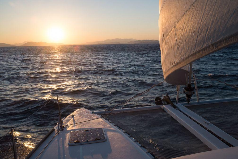 Coucher de soleil dans la riviera à bord du catamaran de Sailing Athens.