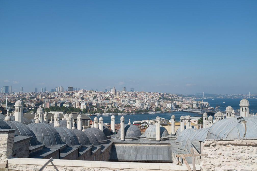 Vue sur la corne d'or depuis la mosquée de Süleymanyie dont on aperçoit les toits au premier plan. © Yonder /DB