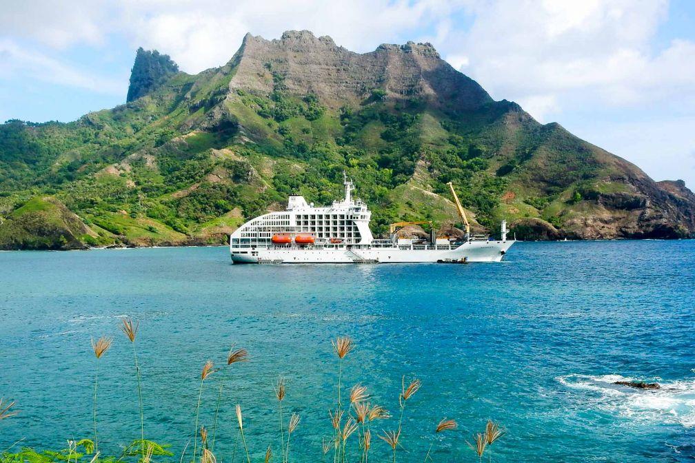 L'Aranui 5 dans la baie de Puamau, sur l'île d'Hiva Oa (Îles Marquises) © DR