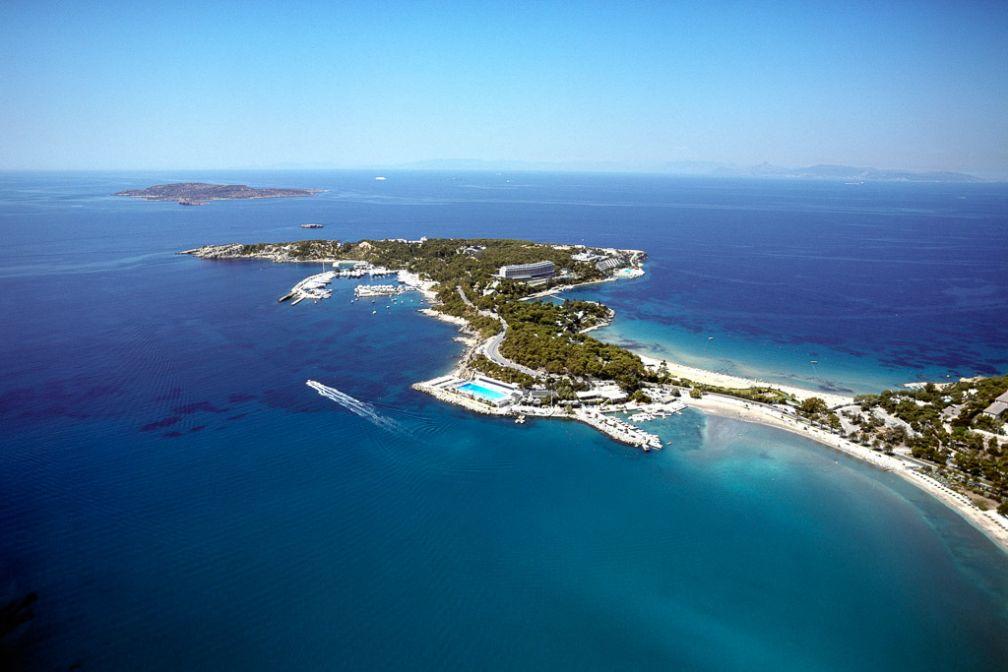 A quelques km au sud d'Athènes, la péninsule de Mikro Kavouri occupée par l'##Astir Palace@@http://www.astir-palace.com/ ; la baie de Vouliagmneni est l'un des stops de la balade en catamaran de Sailing Athens.  | © Starwood Hotels.