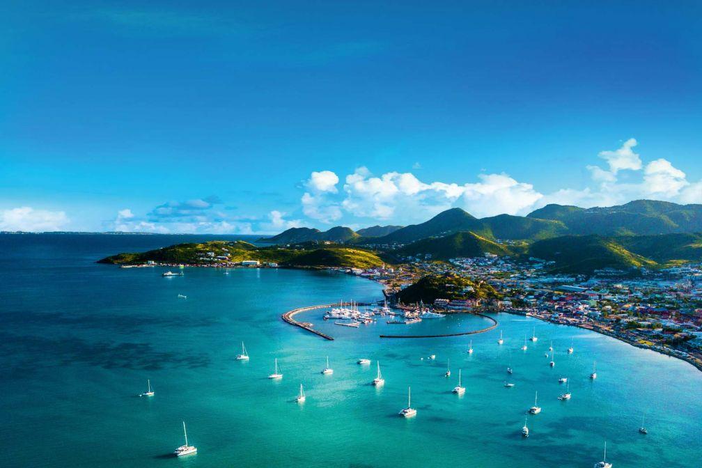 La Baie de Marigot avec la Marina Fort Louis se découpe sur les eaux turquoise de la mer des Caraïbes © DR
