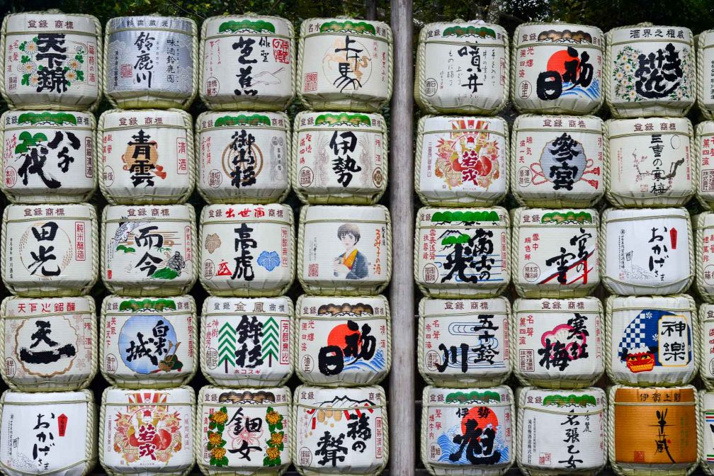 Des kazaridaru, tonneaux destinés au stockage du saké, sont offerts au temple en offrande. © Pierre Gunther
