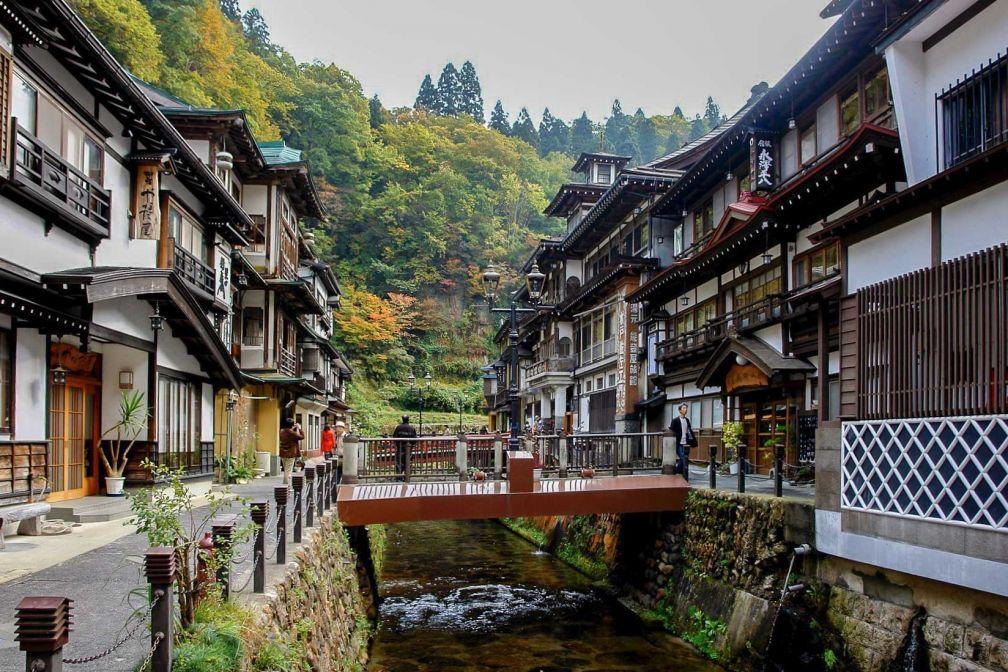 Le charmant village thermal de Ginzan onsen dans les montagnes.