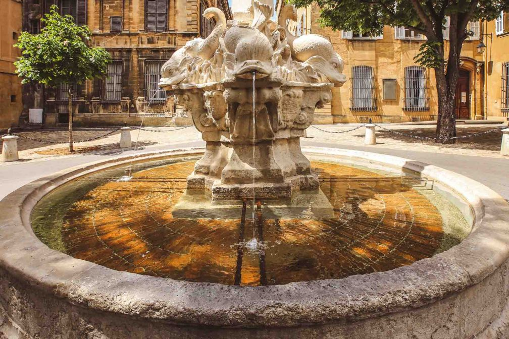 L'emblématique Fontaine des Quatre Dauphins à Aix © nonglack – stock.adobe.com