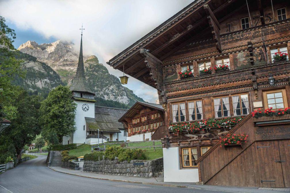 La région de Gstaad — ici le village voisin de Gsteig — est l'emblème de cette Suisse authentique de carte postale. © Destination Gstaad
