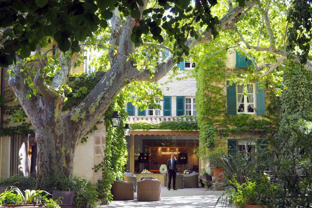 Le Prieuré Baumanière et ses platanes centenaires, une adresse de choix pour séjourner à Avignon © DR