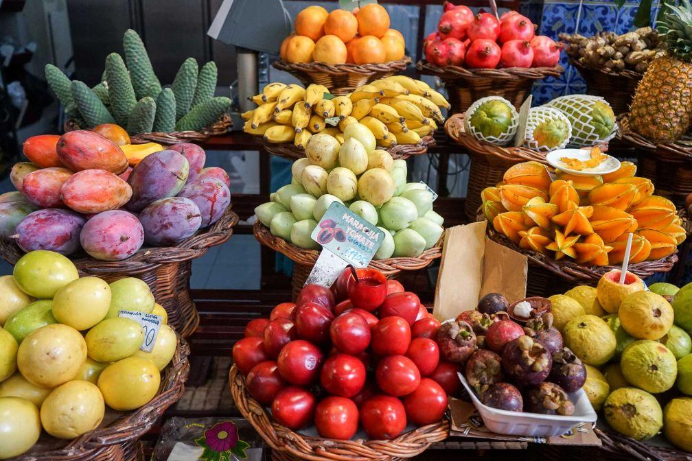 Les couleurs et les odeurs se mélangent sur les étals du marché de Funchal. © YONDER.fr