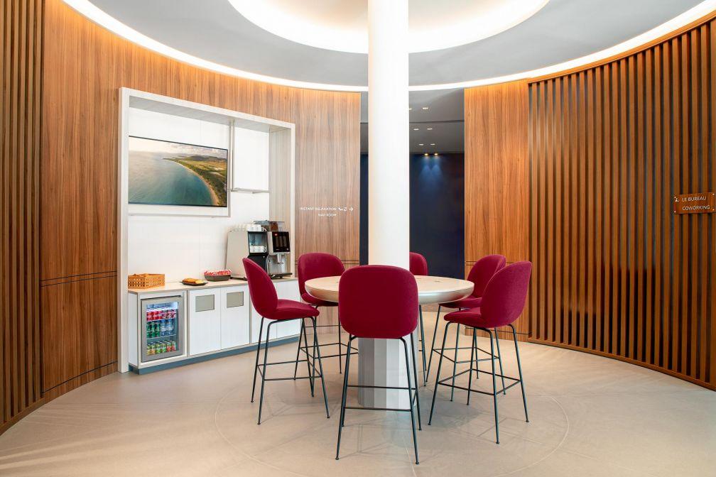 Les espaces de détente et de coworking du petit salon. © Air France