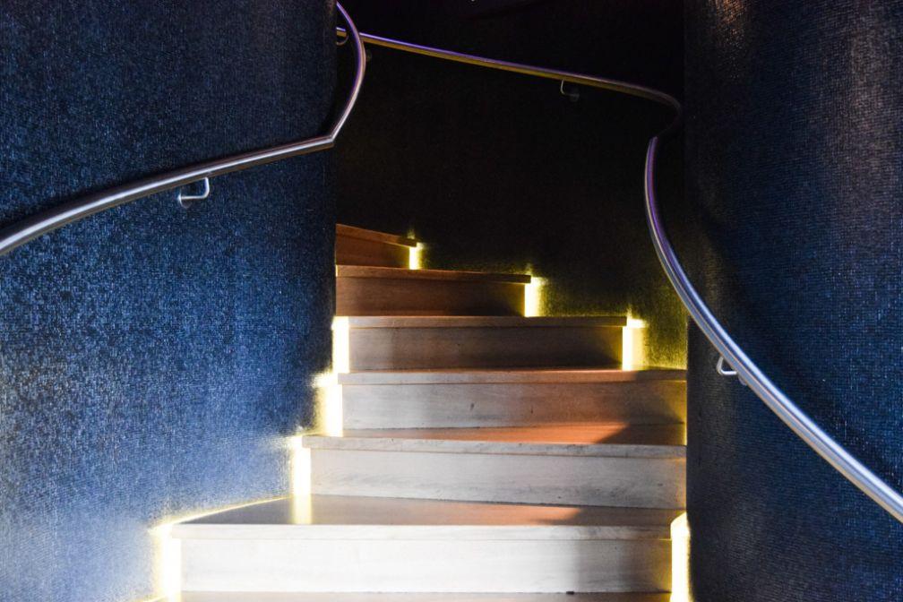 L'escalier séparant la brasserie street food du restaurant gastronomique deux étoiles chez &samhoud places | © Yonder.fr