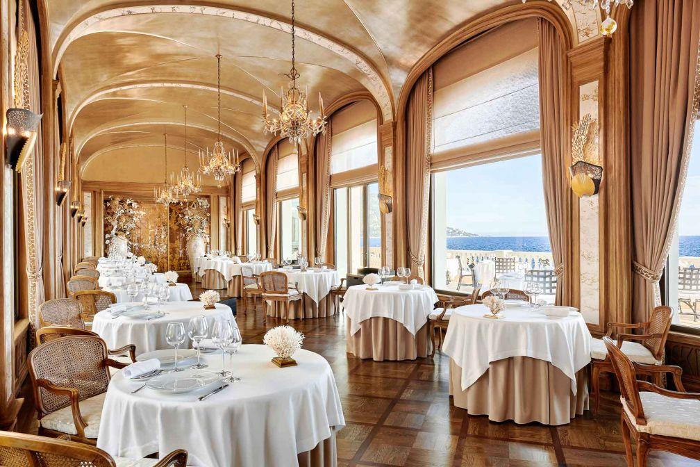 La galerie du Restaurant des Rois, à la Réserve de Beaulieu, toute en élégance et opulence © DR
