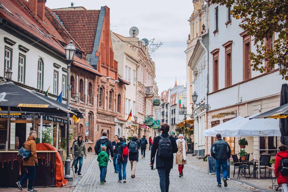 Rue piétonne dans le centre historique de Vilnius © ##Walkable Vilnius@@https://walkablevilnius.com/places/vilnius-old-town/